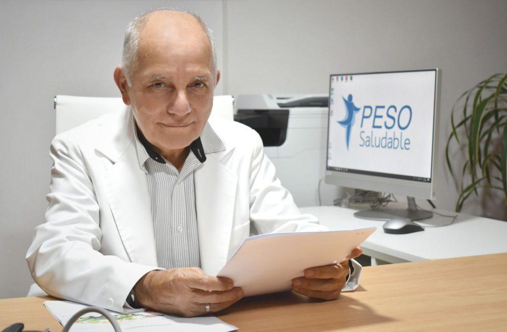 Doctor Antonio Felices Parodi sentado leyendo